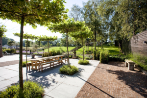 diverse sierbestrating toegepast om een strakke tuin lijnen te geven zodat er verschillende terrassen en zithoeken gerealiseerd worden volgens het tuinontwerp en aanleg