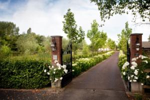 oprijlaan met bloemrijke borders vanaf de straat tot aan de woning welke een exclusieve tuin omlijsten in Oudewater maar ook tuinontwerp in Bodegraven en Benschop kan als tuinaanleg gerealiseerd worden volgens onze tuinarchitect