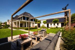 tuinontwerp in combinatie met een strak terras wat het karakter van een strakke tuin benadrukt in combinatie met een groot gazon en uiteraard tuinverlichting mag in dit tuinontwerp niet ontbreken