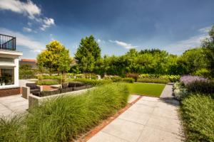 strakke vlakverdeling in een tuin voor zien van borders en sierbestrating. Hierin is zeker tuinverlichting opgenomen als geheel in Woerden. Het terras en de zithoek maken het geheel af als droomtuin na een tuinrenovatie