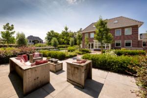 sierbestrating in een strakke tuin met bloemrijke borders in een onderhoudsvriendelijke tuin gelegen achter deze vrijstaande woning. Tuinrealisatie is ontstaan door een 3d tuinontwerp en tuinaanleg te Oudewater
