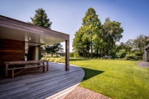 Duurzaam terras welke is ontstaan na een tuinrenovatie zodat binnen en buiten samen een geheel vormen bij deze nieuwbouw woning in de vrije sector. Het 3d tuinontwerp was hier een goed initiatief voor om een realistisch beeld te krijgen van het uitresultaat van deze strakke tuin in Linschoten, Benschop en Haastrecht