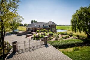 tuin ontwerp aan de hand van een 3d presentatie waarbij gebruik is gemaakt van bestrating, tuin verlichting, vaste planten en struiken. Tevens bomen toegepast in een onderhoudsvriendelijke tuin die het karakter heeft van een landschapstuin