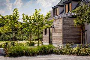 tuinontwerp verricht geïnspireerd op de gevestigde woning zodat terras en zithoek een geheel vormen. Een 3d tuinontwerp ging hieraan vooraf welke Hoveniersbedrijf Brand in een 3d presentatie heeft toegepast in Nieuwegein en Gouda