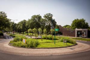 bestrating en beplanting voor de rotonde gevestigd bij Faay woonwinkel en interieur in Oudewater