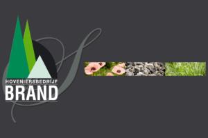 kleurrijke borders voorzien van bloeiende planten gelegen naast een strak gazon voorzien van een looppad van grind voor een strakke tuin met toch een landelijk karakter